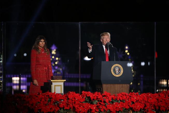 第95屆國家聖誕樹點燈儀式在白宮橢圓形廣場舉行,川普總統(右)攜第一夫人梅蘭妮亞點亮聖誕樹,並向全美人民送上節日祝福。(記者羅曉媛/攝影)