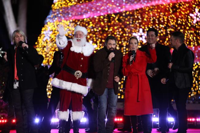 第95屆國家聖誕樹點燈儀式在白宮橢圓形廣場舉行,點燈儀式的傳統收尾節目即是聖誕老人帶領全場唱節日歌。(記者羅曉媛/攝影)