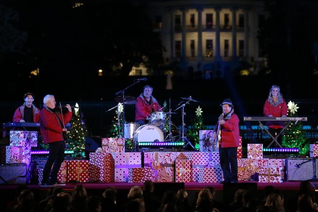 第95屆國家聖誕樹點燈儀式在白宮橢圓形廣場舉行,擅長演奏節日歡歌的曼罕蒸汽壓路機樂團帶來精彩演奏。(記者羅曉媛/攝影)
