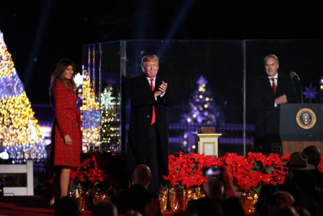 第95屆國家聖誕樹點燈儀式在白宮橢圓形廣場舉行,川普總統(中)攜第一夫人梅蘭妮亞點亮聖誕樹,並向全美人民送上節日祝福。(記者羅曉媛/攝影)