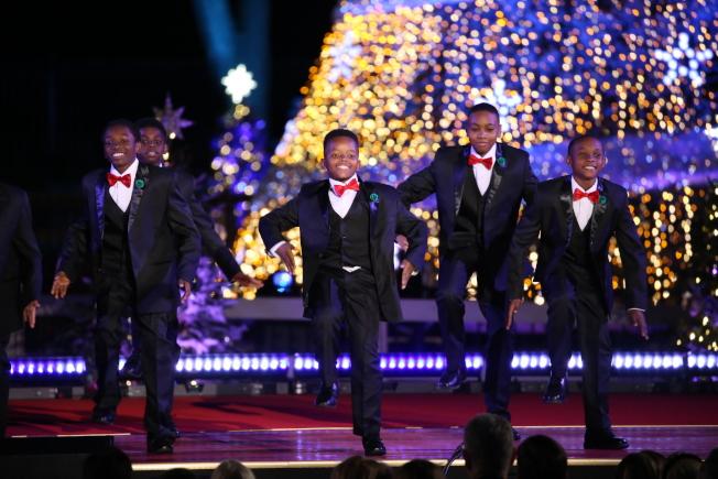 第95屆國家聖誕樹點燈儀式在白宮橢圓形廣場舉行,非裔男童舞蹈團「Boys II Bow Ties」的精彩表演贏得滿場喝彩。(記者羅曉媛/攝影)