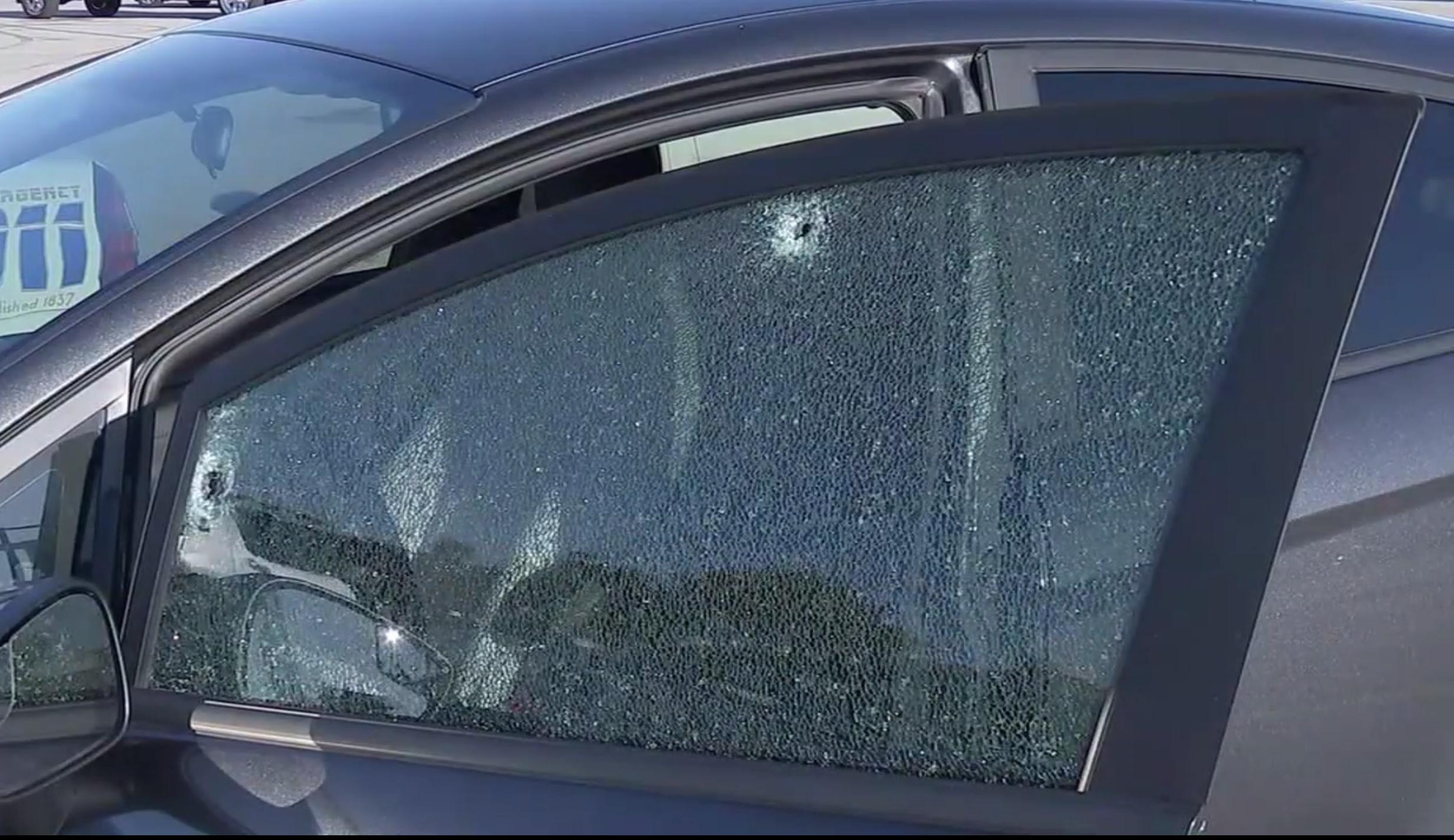 福特轎車車窗上有明顯彈孔。(取材自ABC13)