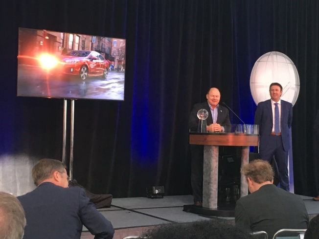幫助公司了解人類行為和決策顧問的研究型公司Strategic Vision30日中午12時30分第一次在洛杉磯車展現場頒出「年度在美最受顧客喜愛車輛獎項(Most loved vehicles of 2017)」。(記者謝雨珊/攝影)
