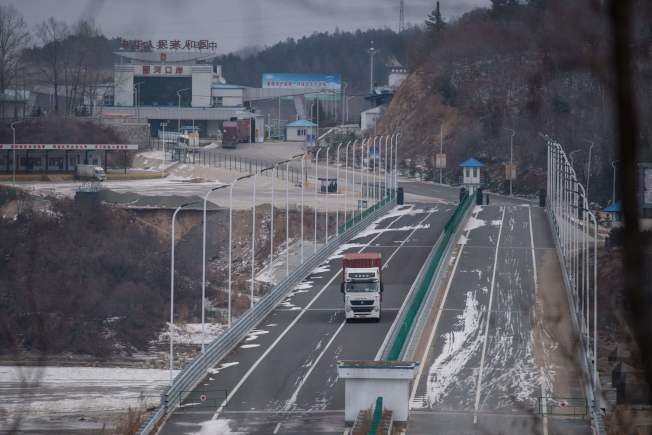 一輛卡車越過圖們江邊界,進入北韓羅先經濟特區。(Getty Images)