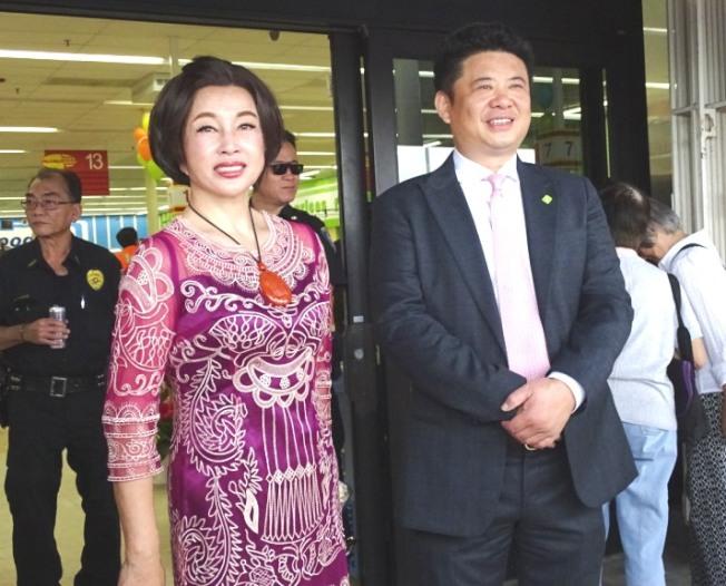 影視紅星劉曉慶和愛新鮮董事長兼首席執行官鄧龍(右)是十多年的好友。