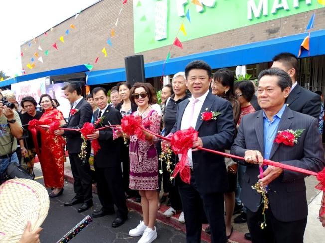 愛新鮮休士頓一號店開幕,邀請到著名影視紅星劉曉慶剪綵助陣,吸引大批民眾圍觀。