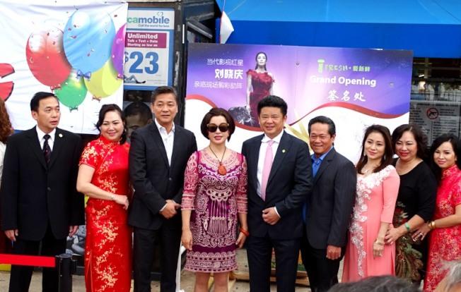 羅景林(左一)、翁作華(左三)、劉曉慶(左四)、鄧龍(右五)與嘉賓合影。