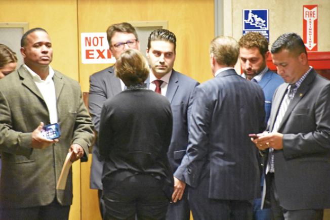 陪審團宣布裁決時,地檢長賈斯康缺席,地檢處獲悉結果後走出法庭,表現失望,中為首席發言人巴斯吉。(記者李秀蘭/攝影)