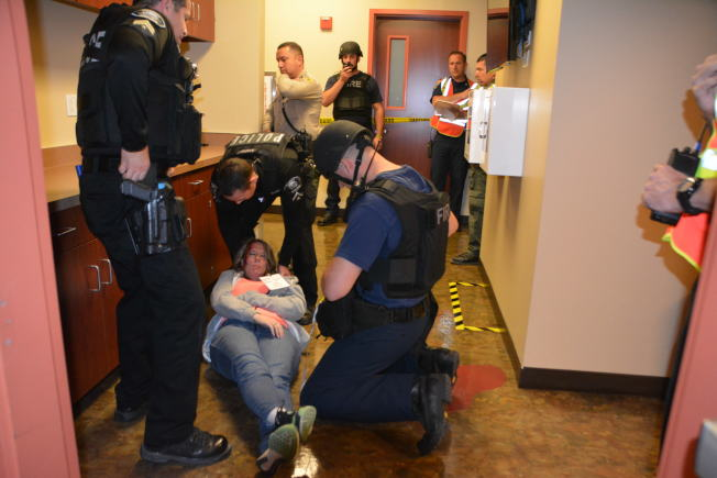 警方救助傷者。(記者啟鉻/攝影)