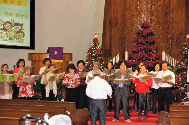 佳音合唱團在感恩禮拜上唱誦聖詩,駐檀香山經文處長周民淦夫人戴佑珊伴奏。(通訊記者高振華╱攝影)