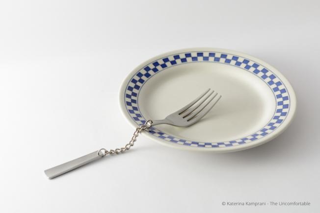 叉子的手把處變成鐵鍊。(取自坎普拉妮網站)