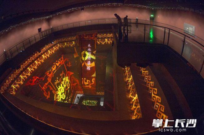湖南博物館新館以1:1比例復原了辛追墓,墓壁四周還動態呈現辛追的漆棺。 (取材自長沙晚報)