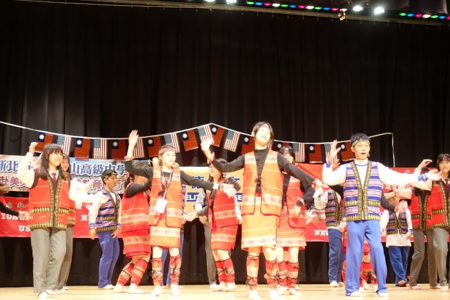 兩地師生一同舞蹈,場面溫馨。(記者謝哲澍/攝影)