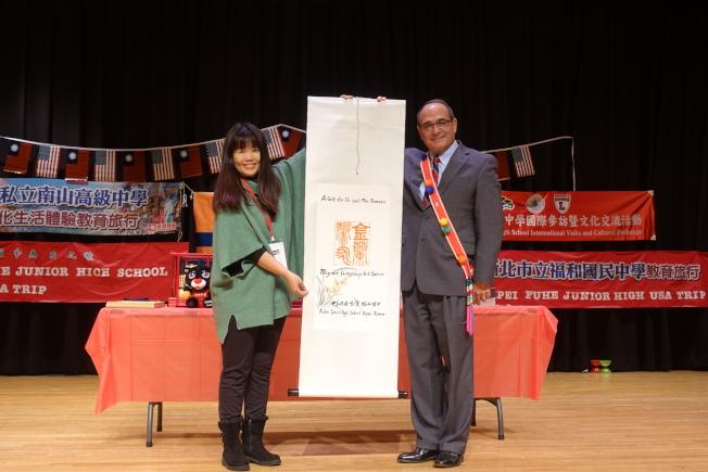 新北市感謝促成此次簽約的弗利何學區總監湯馬奇(右)。(記者謝哲澍/攝影)