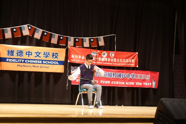 台灣學生演繹二胡。(記者謝哲澍/攝影)