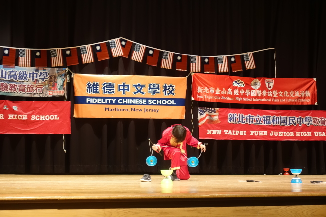 維德中校年幼學生精彩的扯鈴表演,令台灣師生嘖嘖稱奇。(記者謝哲澍/攝影)