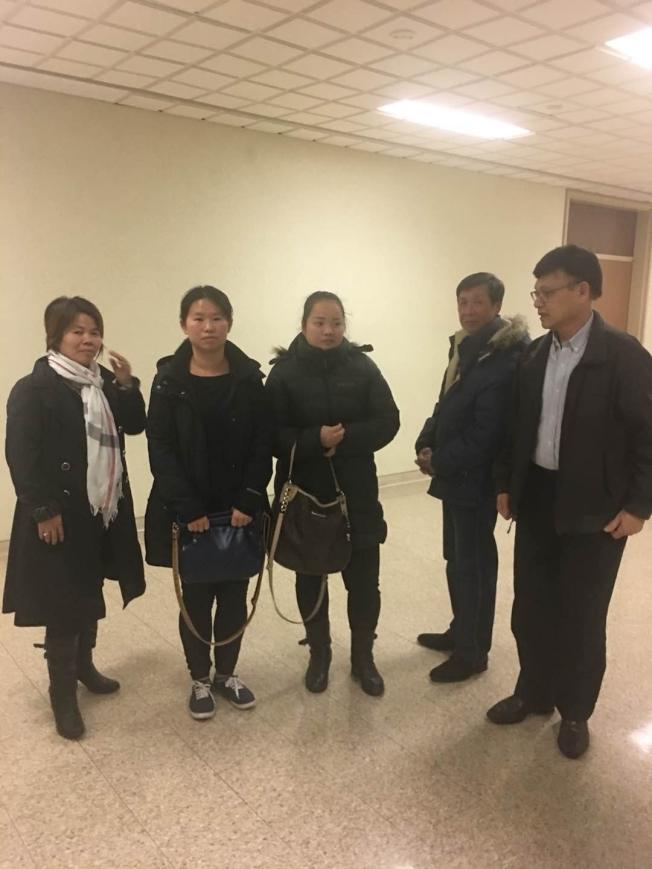 非裔搶犯曼索爾1日被判重刑,旁聽的部分華人在法院合影,圖左起:趙藍珍、廖麗鳳、余永貞、陳朝善、黃光來。(王祥華提供)