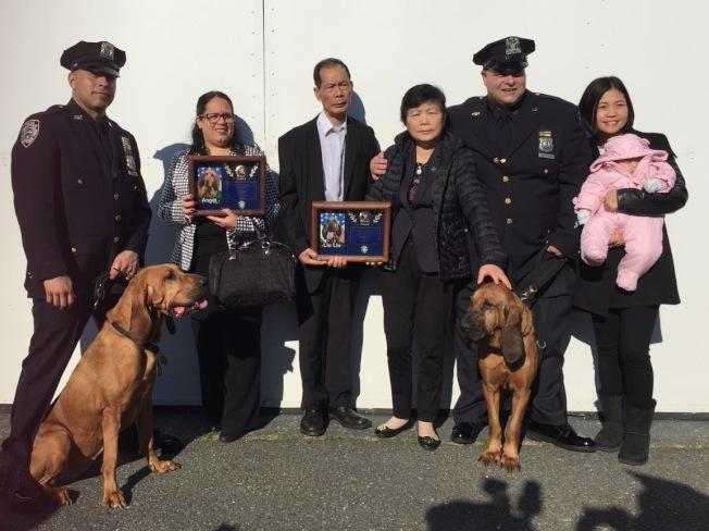 劉文健父親劉偉棠(左三)、母親李秀燕(右三)、遺孀陳佩霞(右一)和女兒Angelina ,參加緊急救難小組警犬畢業典禮。(紐約市警提供)