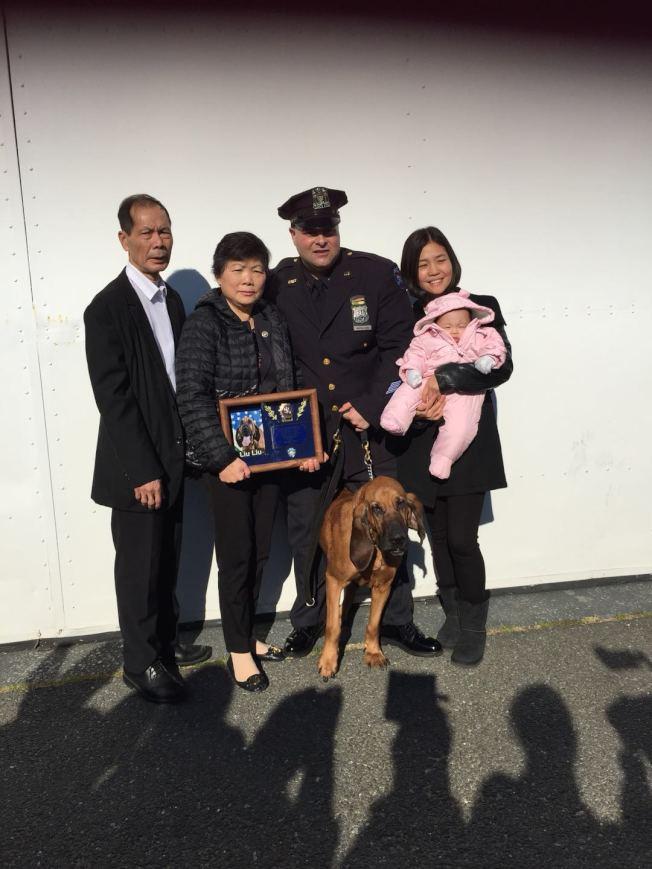 劉文健父母一家與警犬「劉劉」拍照。(紐約市警提供)