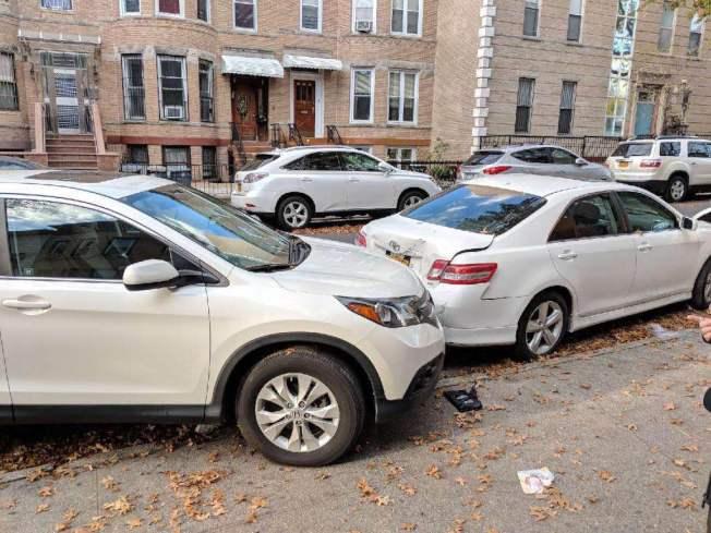鄰居見義勇為,幫助鄭先生拍下車禍現場照片。(鄭先生提供)