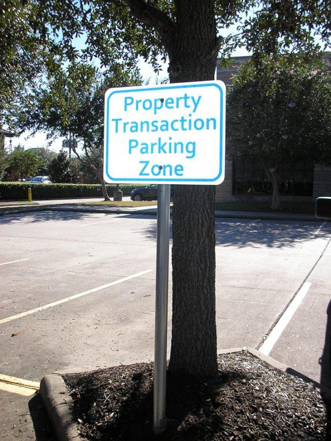 糖城市警局提供的安心面交地點,就在糖城警局停車場。(取自糖城市警局臉書)
