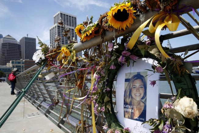 圖為2015年7月人們為悼念史坦利,在舊金山第14號碼頭擺放的鮮花和照片。(美聯社)