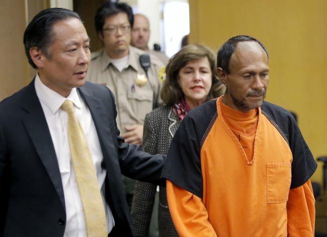 卡瓦蒂(右)被判無罪引發爭議,司法部可能介入。圖為卡瓦蒂2015年7月和公設辯護律師艾達奇(Jeff Adachi,左)進入法庭。(美聯社)