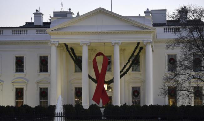 白宮外表光鮮,但每年修繕費高達10萬元。圖為1日世界愛滋病日,白宮建築前懸掛了一個大型紅絲帶。(美聯社)