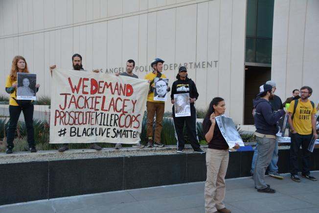 抗議民眾打出標語,要求「檢察長雷西要麼起訴警員、要麼辭職」。(記者高梓原/攝影)