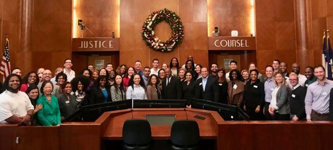 休士頓市長特納1日在市政廳召開會議,聽取各級官員工作說明的同時,分享他即將展開的訪問中國行程。圖為眾人在市政廳合影。(休士頓市政府提供)