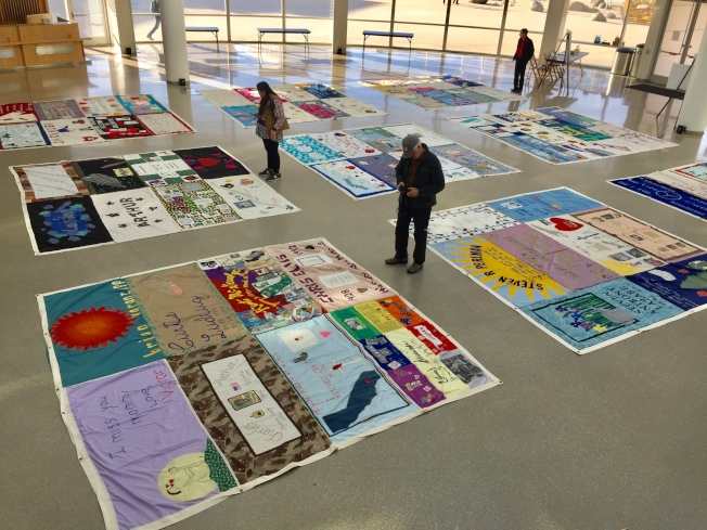 反歧視組織「降至為零」於市府圓頂大廳舉辦愛滋病死者紀念活動,展出由親友做出的手工紀念拼布毯。(記者林亞歆/攝影)