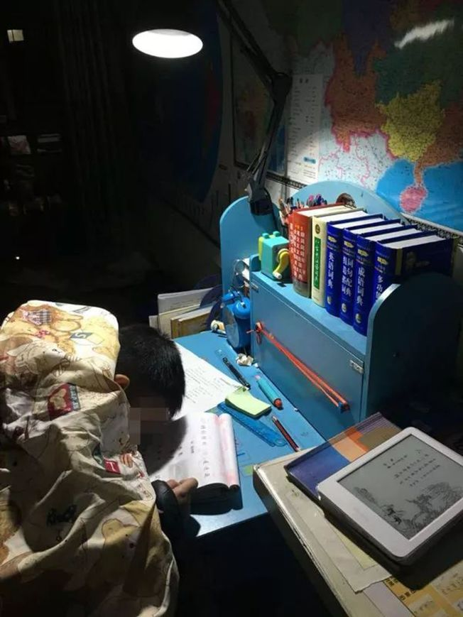 孩子寫作業太累睡著,讓媽媽心疼不已。(取材自微信)