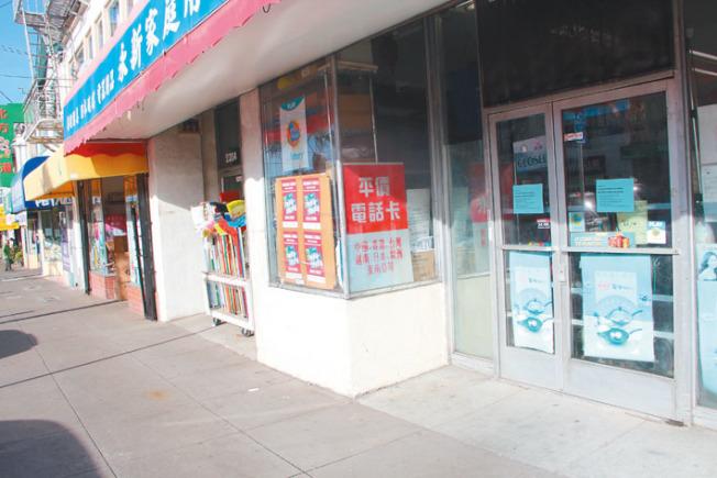 Irving街商鋪因罷市關門謝客,門口上都貼著反對大麻店的口號。反麻白人也現身反麻行動。(記者李晗/攝影)