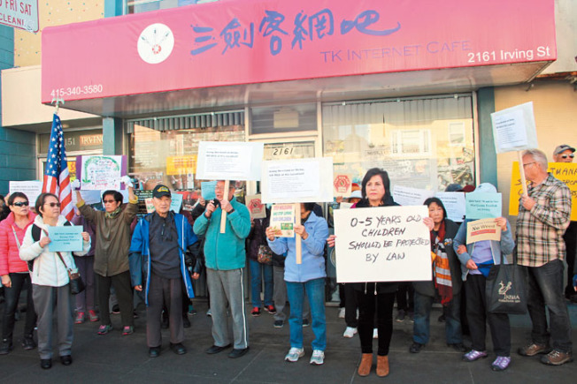 反麻華人在計畫開設大麻店的門口示威,這間原是網吧的店鋪已經空置多年。(記者李晗/攝影)