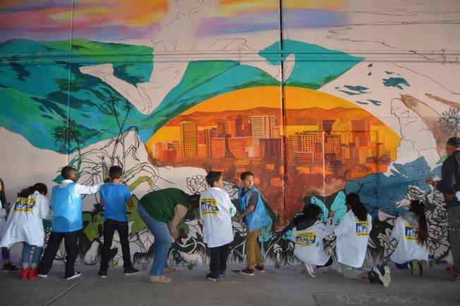 屋崙胡佛小學的數十名學生,1日下午來到公路580靠近West街的橋底,參與創作超級英雄壁畫。(記者劉先進/攝影)