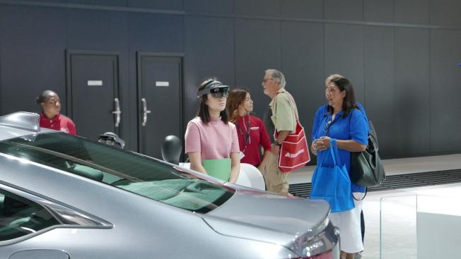 民眾正在用「實景增強」(AR)參觀新車。   (記者李雪/攝影)