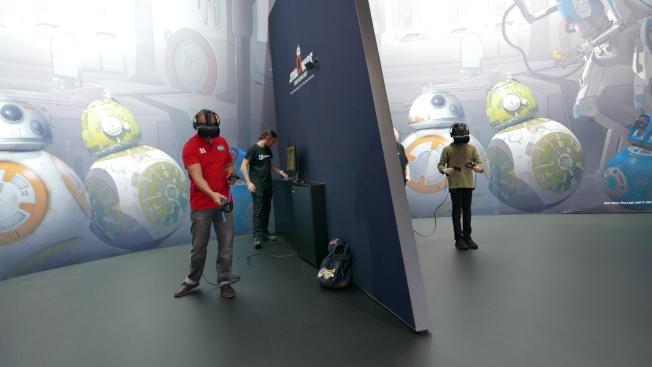民眾正在用「虛擬實境」(VR)體驗新車。(記者李雪/攝影)