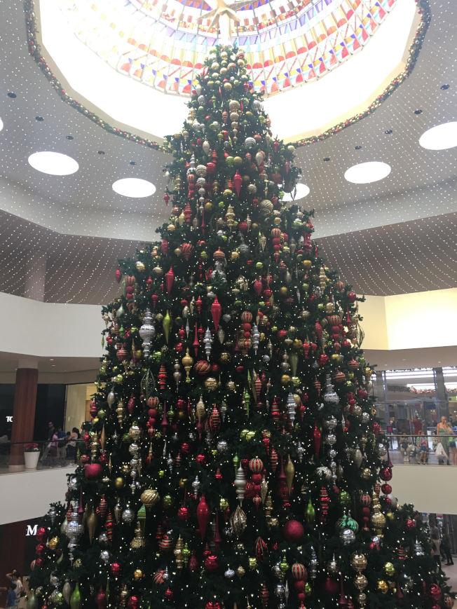 南海岸購物廣場寶石苑有一個巨大聖誕樹,讓購物民眾紛紛駐足拍照。(記者王全秀子/攝影)