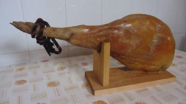 伊比利黑蹄豬火腿。取自維基百科