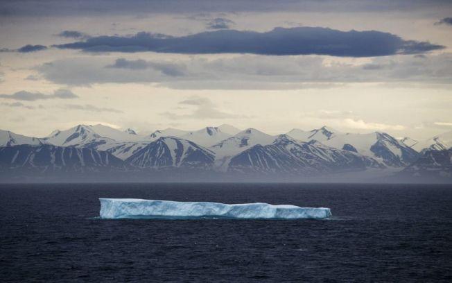 巨大冰塊漂過加拿大北極群島。(美聯社)