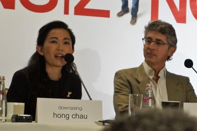 越華裔女星周洪(左)和導演兼編劇亞歷山大佩恩出席「縮小人生」記者會。(記者馬雲/攝影)