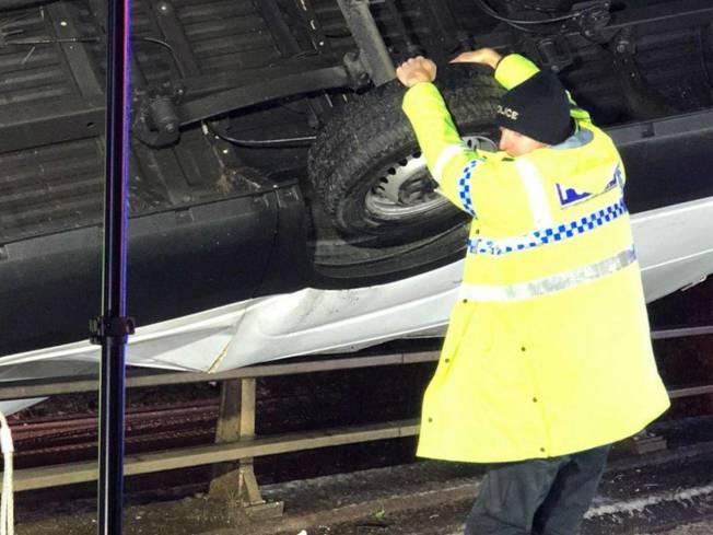 「超人」員警威利斯抓住汽車,以免汽車摔落橋下。取自西約克郡消防救助單位
