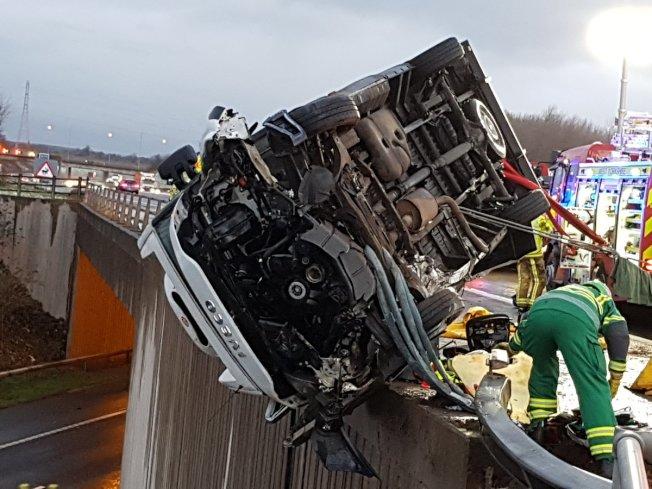 一輛汽車在英國西約克郡A1高速公路翻車。取自西約克郡消防救助單位