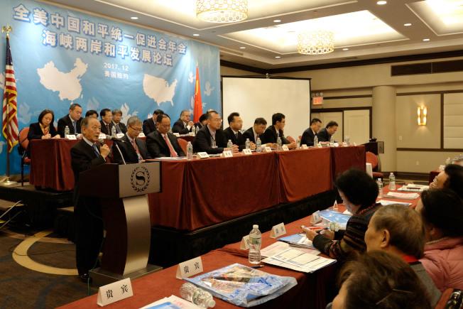 郁慕明(左立者)斥責台灣當局去「中國化」。(記者朱澤人/攝影)