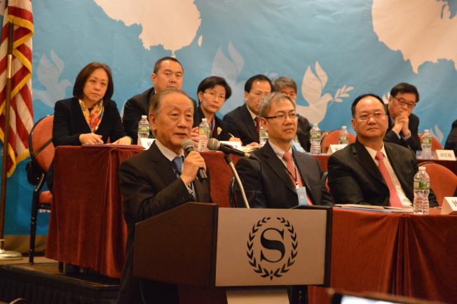 郁慕明(左立者)斥責台灣當局去「中國化」。(記者牟蘭/攝影)