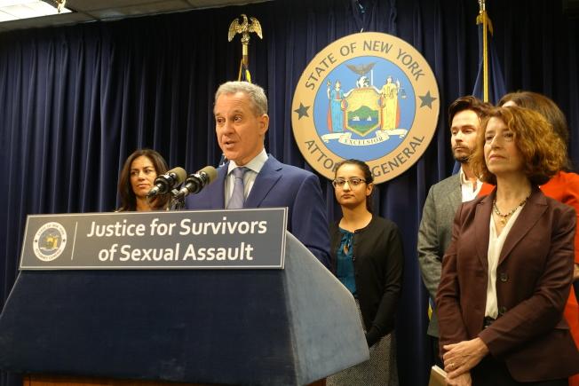 史樹德(左二)強調在紐約州法下,所有性侵受害者到醫院做取證檢查,都不用付費。(記者金春香/ 攝影)