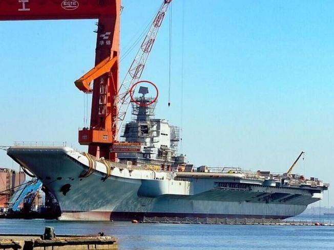 中國首艘國產航空母艦「002」現在正處於繫泊試驗的最後階段,不久之後將開始海試工作。圖為國產航母近照,紅圈處是頂板雷達。(取材自推特)
