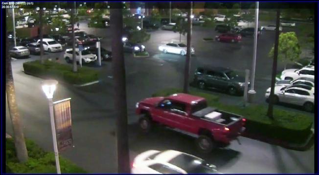 嫌犯作案後跳上Silverado小卡車逃離現場。(爾灣市警局提供)