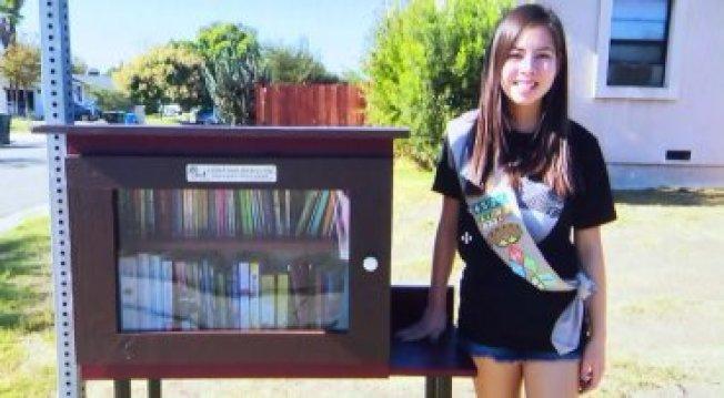 資深女童軍黃葛莉對自己親手打造的「免費小圖書館」感到驕傲。(KTLA電視台)