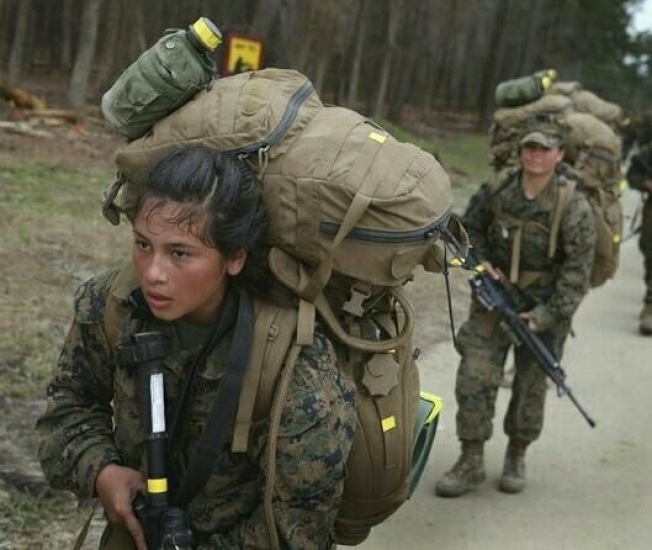 蘭寧利貼出美軍女兵的訓練照説,「看看美國海軍陸戰隊的女兵負重行軍,我們能這麼操嗎?我們敢這麼用兵嗎?」(翻攝自蘭寧利臉書)